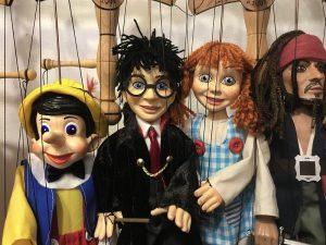 Lalki na sznurkach podczas przedstawienia dla dzieci