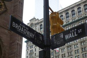 Drogowskaz na Broadway i Wall Street