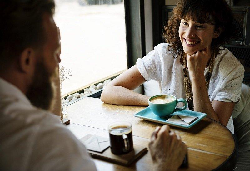 Para rozmawiająca w kawiarni