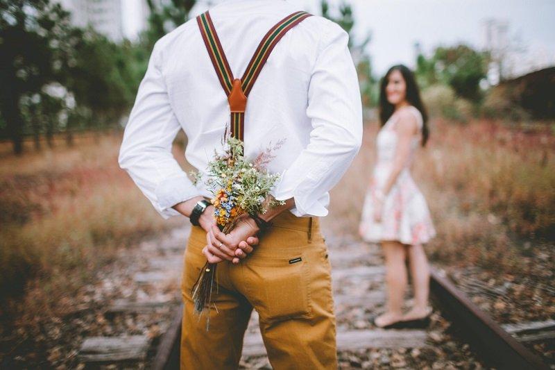 Zakochana para na spacerze