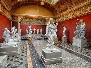 Klasyczne posągi na wystawie w muzeum